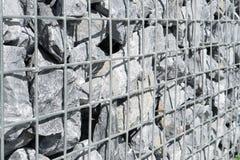 Πλέγμα χάλυβα του τοίχου gabion Γκρίζες πέτρες στο gabion Στοκ φωτογραφία με δικαίωμα ελεύθερης χρήσης