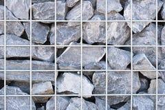Πλέγμα χάλυβα του τοίχου gabion Γκρίζες πέτρες στο gabion Στοκ Εικόνες