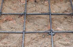 Πλέγμα χαλύβδινων συρμάτων για το τσιμεντένιο πάτωμα στο εργοτάξιο οικοδομής Στοκ Εικόνες