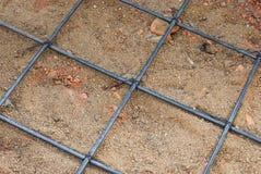 Πλέγμα χαλύβδινων συρμάτων για το τσιμεντένιο πάτωμα στο εργοτάξιο οικοδομής Στοκ Φωτογραφία