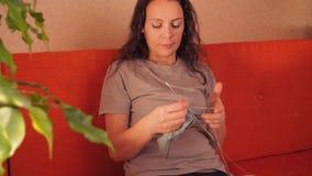 Πλέκοντας βελόνες κοριτσιών φιλμ μικρού μήκους