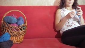 Πλέκοντας βελόνες κοριτσιών απόθεμα βίντεο