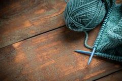 πλέκοντας νήμα βελόνων μάλ&lamb Στοκ φωτογραφίες με δικαίωμα ελεύθερης χρήσης