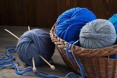 Πλέκοντας νήμα, πλέκοντας βελόνες και ψάθινο καλάθι Στοκ φωτογραφία με δικαίωμα ελεύθερης χρήσης