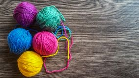 Πλέκοντας νήμα στα χρώματα ουράνιων τόξων Στοκ Φωτογραφίες