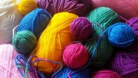 Πλέκοντας νήμα στα χρώματα ουράνιων τόξων Στοκ Φωτογραφία