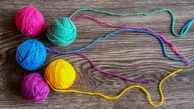 Πλέκοντας νήμα στα χρώματα ουράνιων τόξων Στοκ Εικόνα