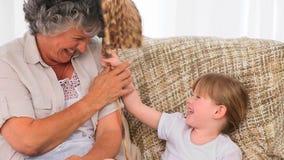 Πλέξιμο γιαγιάδων με την εγγονή της απόθεμα βίντεο