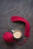 Πλέξιμο και ένα φλιτζάνι του καφέ Στοκ Εικόνες