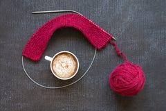 Πλέξιμο και ένα φλιτζάνι του καφέ Στοκ φωτογραφία με δικαίωμα ελεύθερης χρήσης