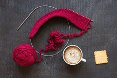 Πλέξιμο, φλιτζάνι του καφέ και κροτίδα Στοκ Εικόνα