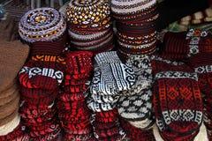 Πλέξτε τις παντόφλες και τους κεντημένους σκούφους Τουρκμενιστάν Ashkhaba Στοκ φωτογραφία με δικαίωμα ελεύθερης χρήσης