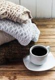 Πλέξτε τον άνετο διπλωμένο πουλόβερ σωρό Στοκ φωτογραφίες με δικαίωμα ελεύθερης χρήσης