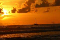 Πλέοντας βάρκα ηλιοβασιλέματος Στοκ Εικόνες