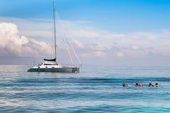 Πλέοντας βάρκα με που κολυμπά με αναπνευτήρα τις δραστηριότητες Στοκ εικόνα με δικαίωμα ελεύθερης χρήσης