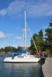 Πλέοντας βάρκα στην πρόσδεση στα νησιά Aland Στοκ Εικόνες