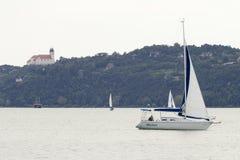 Πλέοντας βάρκα στη λίμνη Balaton στοκ εικόνες