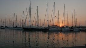 Πλέοντας βάρκες στη μαρίνα σε ένα ηλιοβασίλεμα 4k απόθεμα βίντεο