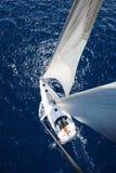 Πλέοντας γιοτ από τον ιστό στην ηλιόλουστη ημέρα με το βαθύ μπλε ωκεανό Στοκ εικόνα με δικαίωμα ελεύθερης χρήσης