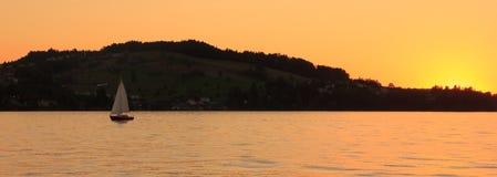 Πλέοντας γιοτ στο ηλιοβασίλεμα στην όμορφη λίμνη Λουκέρνης, Switzerla Στοκ Φωτογραφία