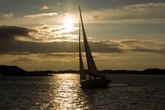 Πλέοντας γιοτ στο ηλιοβασίλεμα Στοκ Εικόνες
