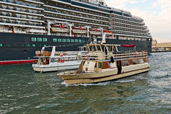 Πλέοντας κίτρινη βάρκα Motonavi Barracuda Venezia στην Ιταλία Στοκ Εικόνα