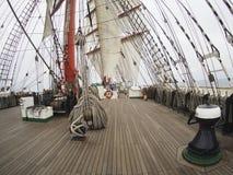 Πλέοντας με το tallship ή sailboat, άποψη από τη γέφυρα Στοκ εικόνα με δικαίωμα ελεύθερης χρήσης