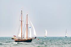 Πλέοντας σκάφη στη θάλασσα σκάφος ψηλό Ιστιοπλοϊκό και ταξίδι ναυσιπλοΐας Στοκ Εικόνα