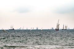 Πλέοντας σκάφη στη θάλασσα σκάφος ψηλό Ιστιοπλοϊκό και ταξίδι ναυσιπλοΐας Στοκ φωτογραφία με δικαίωμα ελεύθερης χρήσης