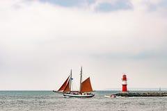 Πλέοντας σκάφη στη θάλασσα Ψηλό ιστιοπλοϊκό ταξίδι σκαφών και φάρων Στοκ Φωτογραφίες