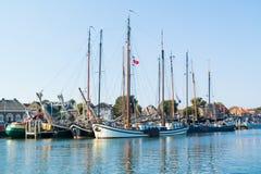 Πλέοντας σκάφη τουριστών στο λιμάνι Terschelling, Κάτω Χώρες Στοκ Εικόνες