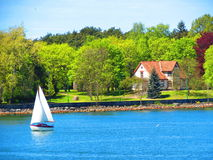 Πλέοντας σκάφος και σπίτι, Λιθουανία Στοκ Εικόνες