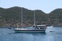 Πλέοντας σκάφος κοντά στο νησί Kekova, τη θάλασσα Mediterranian και τις καταστροφές της βυθισμένης πόλης Simena στην επαρχία Anta Στοκ Φωτογραφία