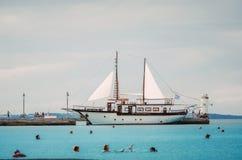 Πλέοντας σκάφος που δένεται στη μαρίνα Στοκ εικόνα με δικαίωμα ελεύθερης χρήσης