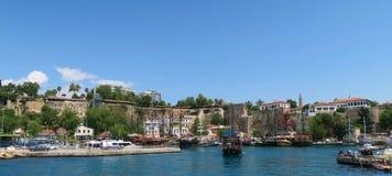 Πλέοντας σκάφος που αφήνει το όμορφο λιμάνι Oldtown Antalya, Kaleici Στοκ Εικόνες