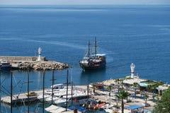 Πλέοντας σκάφος που εισάγει το λιμάνι Kaleici Oldtown σε Antalya, Τουρκία Στοκ φωτογραφία με δικαίωμα ελεύθερης χρήσης