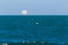 Πλέοντας σκάφος που επιπλέει σε Μαύρη Θάλασσα Στοκ εικόνες με δικαίωμα ελεύθερης χρήσης