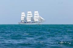 Πλέοντας σκάφος που επιπλέει σε Μαύρη Θάλασσα Στοκ Εικόνες