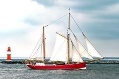 Πλέοντας σκάφος στη θάλασσα Κόκκινοι ψηλοί σκάφος και φάρος Στοκ φωτογραφία με δικαίωμα ελεύθερης χρήσης