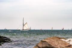 Πλέοντας σκάφος στη θάλασσα σκάφος ψηλό Ιστιοπλοϊκό και ταξίδι ναυσιπλοΐας Στοκ εικόνα με δικαίωμα ελεύθερης χρήσης