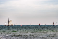 Πλέοντας σκάφος στη θάλασσα σκάφος ψηλό Ιστιοπλοϊκό και ταξίδι ναυσιπλοΐας Στοκ Φωτογραφίες