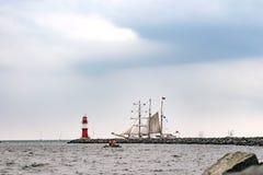 Πλέοντας σκάφος στη θάλασσα Ψηλό ιστιοπλοϊκό ταξίδι σκαφών και φάρων Στοκ Φωτογραφία
