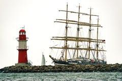 Πλέοντας σκάφος στη θάλασσα Ψηλό ιστιοπλοϊκό ταξίδι σκαφών και φάρων Στοκ φωτογραφία με δικαίωμα ελεύθερης χρήσης