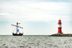 Πλέοντας σκάφος στη θάλασσα Ψηλό ιστιοπλοϊκό ταξίδι σκαφών και φάρων Στοκ Εικόνες
