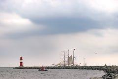 Πλέοντας σκάφος στη θάλασσα Ψηλό ιστιοπλοϊκό ταξίδι σκαφών και φάρων Στοκ φωτογραφίες με δικαίωμα ελεύθερης χρήσης