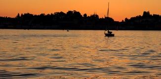 Πλέοντας σκιαγραφία γιοτ στο ηλιοβασίλεμα στη λίμνη Στοκ φωτογραφία με δικαίωμα ελεύθερης χρήσης