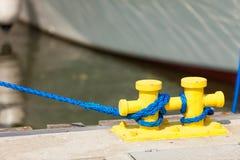Πλέοντας σχοινιά που δένονται γύρω από τις καρφίτσες στον ήλιο Στοκ εικόνες με δικαίωμα ελεύθερης χρήσης
