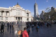 Πλήθη μπροστά από Palacio de Bellas Artes και Torre Latinam Στοκ φωτογραφία με δικαίωμα ελεύθερης χρήσης