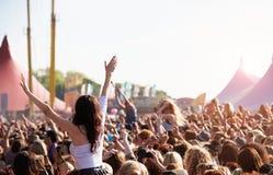 Πλήθη που στο υπαίθριο φεστιβάλ μουσικής στοκ εικόνα με δικαίωμα ελεύθερης χρήσης