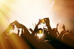 Πλήθη που στο υπαίθριο φεστιβάλ μουσικής Στοκ Εικόνα